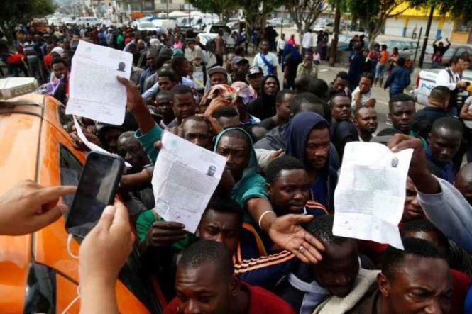 migrantes-haitianos-en-situacic3b3n-de-urgencia-esperan-pasar-a-eu-desde-tijuana-696x464